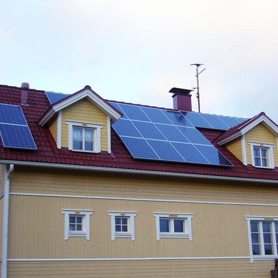 Aurinkopaneeliasennus jyrkkä katto