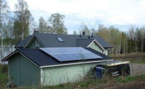 Autotallin katolla 3 kW aurinkopaneelit