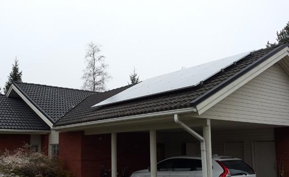 Tiilikatolle tehty aurinkopaneeliasennus