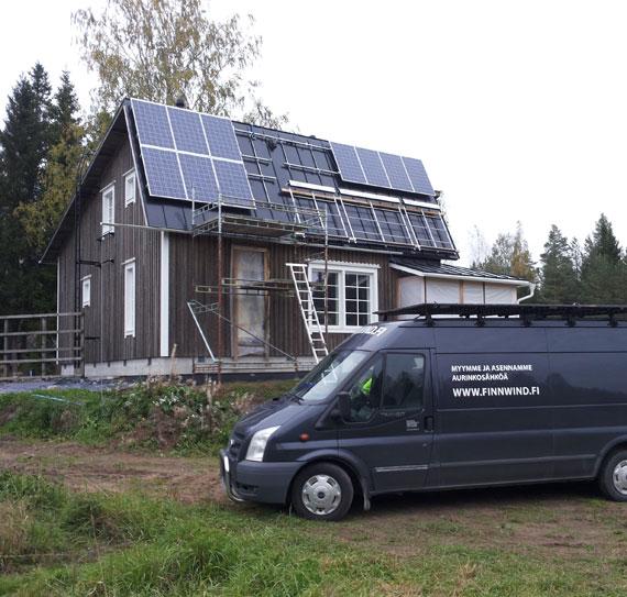 Jyrkällä katolla aurinkopaneeliasennus
