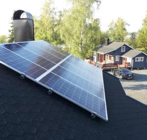 Jyrkällä huopakatolla aurinkopaneelit