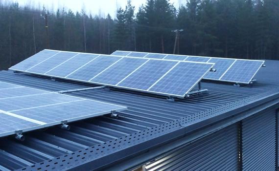 Teollisuushallin aurinkovoimala lisäkallistava asennus