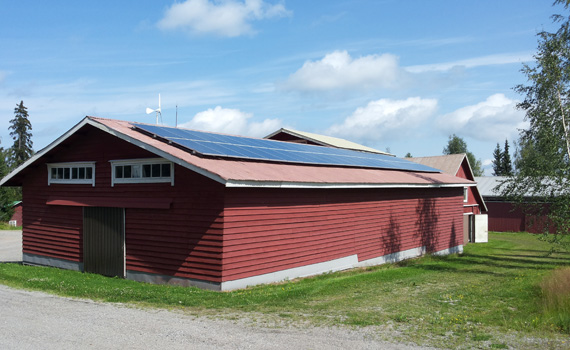 Aurinkovoimla maatila kattoasennus