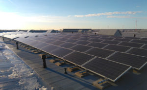Aurinkovoimala tasakattoasennuksena